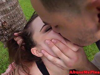Ladolescente in età legale schiava in gola prende il ramrod allaperto