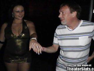 Gangue de wench anal selvagem recheado no teatro porno