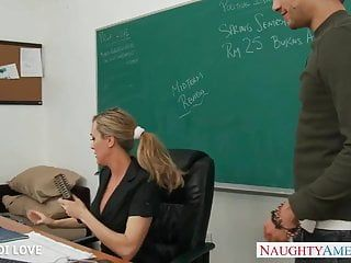 Professor de cabelos dourados Brandi amor montando shlong em sala de aula