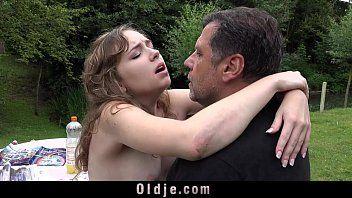 Angelo giovanile francese allaperto stimolazione orale sesso lascivo gola disordinata di vecchia eiaculazione